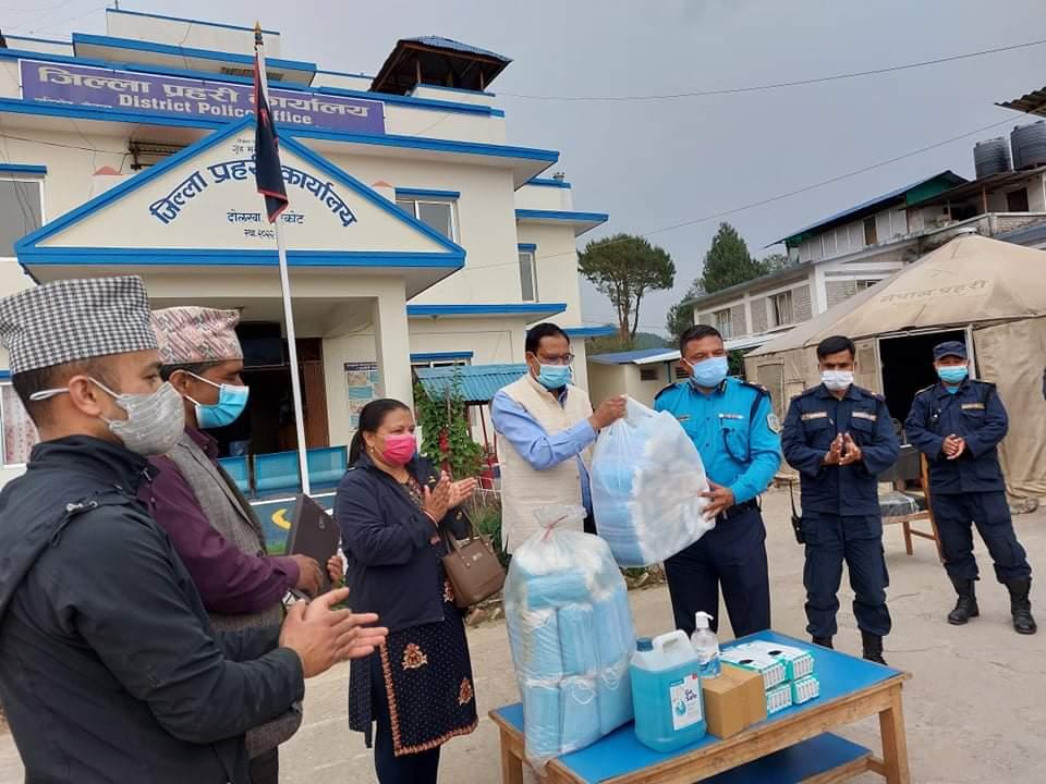 जिल्ला सहकारी संघ दाेलखाद्वारा प्रहरी र पत्रकारलाई स्वास्थ सामग्री हस्तान्तरण